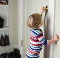 Как открыть замок межкомнатной двери без ключа: способы и средства
