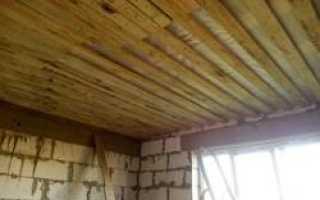 Этапы обустройства чернового потолка по деревянным балкам