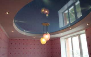 Голубой натяжной потолок в интерьере: фото, советы психологов