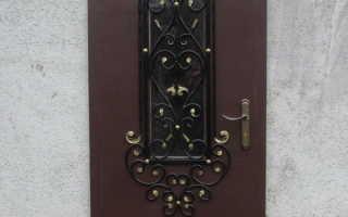 Металлическая дверь с окном и декором в технике холодной ковки