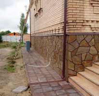 Укладка песчаника-пластушки на цоколь загородного дома